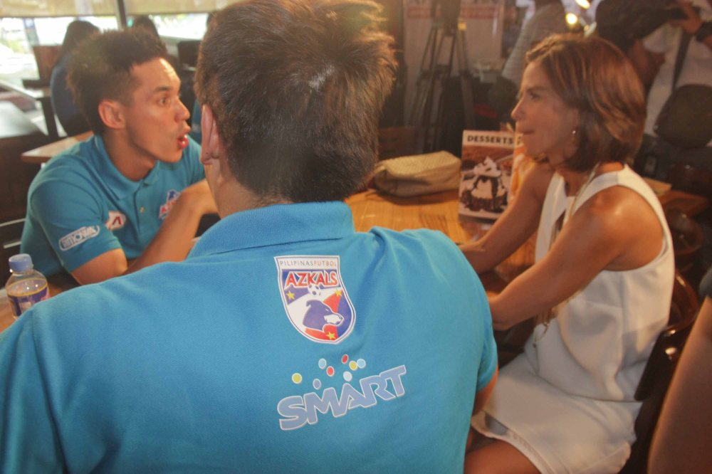 from right: Diane Castillejo chats with Simon Greatwich and James Younghusband at OUTBACK Steakhouse last June 4, 2014. Photo by Jude Bautista